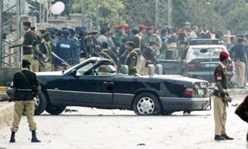 راولپنڈی میں فوجی اہلکار جنرل مشرف کے قافلے میں شامل تباہ حال گاڑیوں کے قریب کھڑے ہیں۔