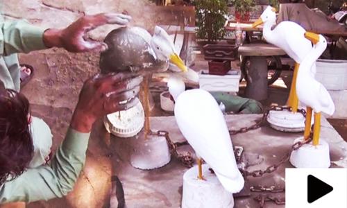 مٹی اور سیمنٹ سے چرند پرند بنانے کا ماہر شخص