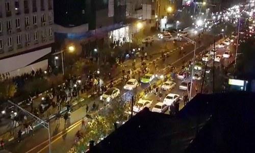 مظاہروں کے دوران روڈ پر گاڑیوں کی قطاریں لگ گئیں — فوٹو ، اے ایف پی