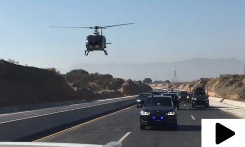 نواز شریف کے قافلے پر ہیلی کاپٹر سے گل پاشی