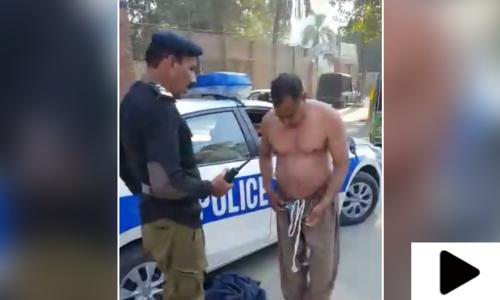 لاہور میں پولیس افسران کی شہری سے بدسلوکی