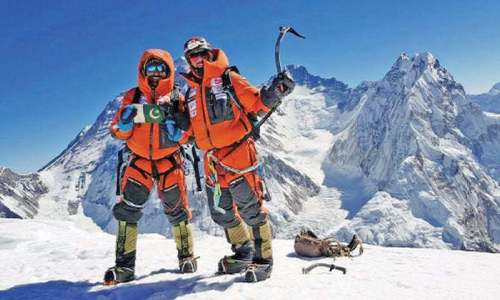 Expedition teams in decisive stages of climbing peaks