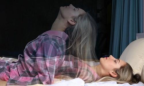 نیند کے دوران مفلوج ہونا: جنات کا سایہ یا پھر ایک بیماری؟