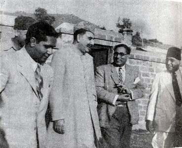 قدرت اللہ شہاب حکومتِ پاکستان کے پہلے مرکزی وزیر سردار عبدالرب نشتر کے ہمراہ مظفر آباد میں