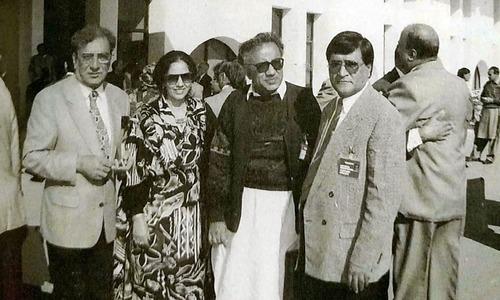معروف شاعر احمد فراز اور دیگر کے ساتھ