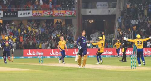Peshawar beat Quetta in thriller despite Anwar's last-over cameo