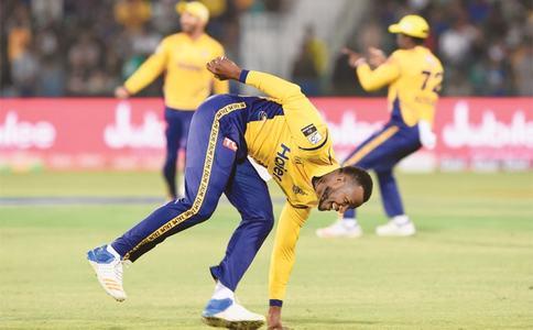 Kamran pummels Karachi, propels Peshawar into final
