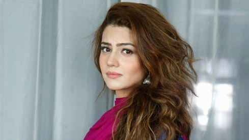 Zara Noor Abbas will make her film debut with Mahira Khan-starrer Paray Hat Love