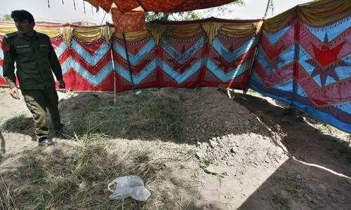 پولیس نے ثنا چیمہ کی قبر کشائی کر کے نمونے حاصل کر لیے