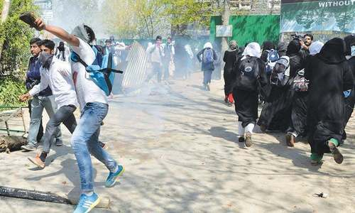 Students clash with Indian police in Srinagar