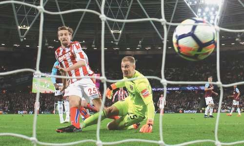 West Ham substitute Carroll snatches late draw against Stoke