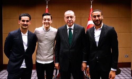 ترک صدر فٹبال کے معروف کھلاڑیوں کے ساتھ کھڑے ہیں — فوٹو: اے ایف پی