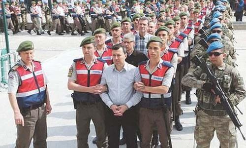 عدالت نے بغاوت میں ملوث 100 سے زائد ترک فوجیوں کو 'عمر قید' کی سزا سنادی