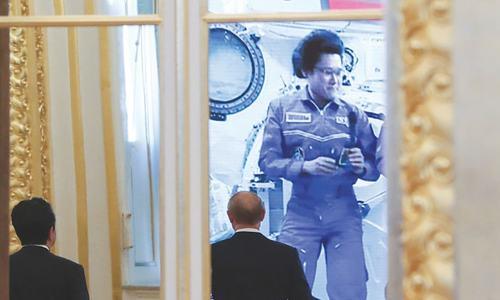 Putin, Abe speak to ISS astronauts from Kremlin