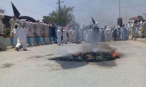 Protesters clash with police outside KP assembly ahead of Fata merger bill's approval