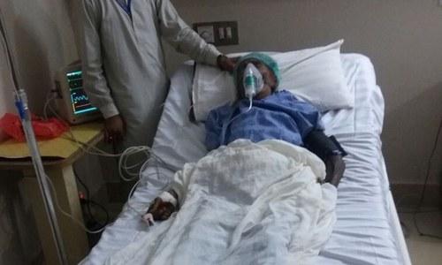 سکھر: 'بیٹوں نے تشدد' کے بعد بوڑھی ماں کو کچرے کے ڈھیر پر چھوڑ دیا