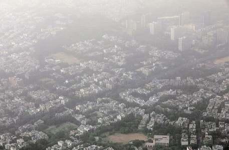 Delhi chokes under haze, dust