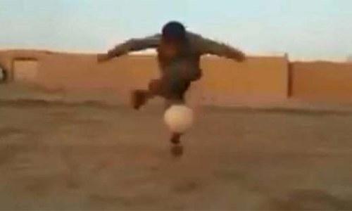بلوچستان کے 'فٹبالر بچے' کی ویڈیو سوشل میڈیا پر وائرل