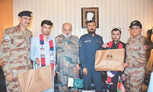پاکستان میں داخل ہونے والے فوجی اہلکار افغان حکام کے حوالے