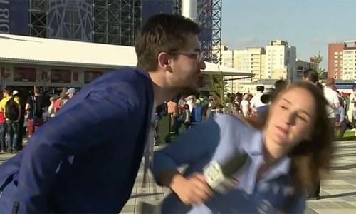 ورلڈ کپ میں ایک اور خاتون صحافی کا بوسہ لینے کی کوشش