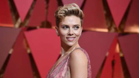 Scarlett Johansson no longer playing transgender role after backlash