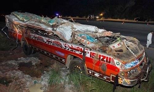 سندھ: بس اور ٹریلر میں تصادم، ایک ہی خاندان کے 18 افراد جاں بحق