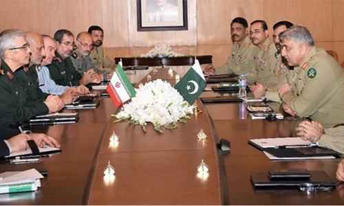 Pakistan, Iran vow to improve military ties