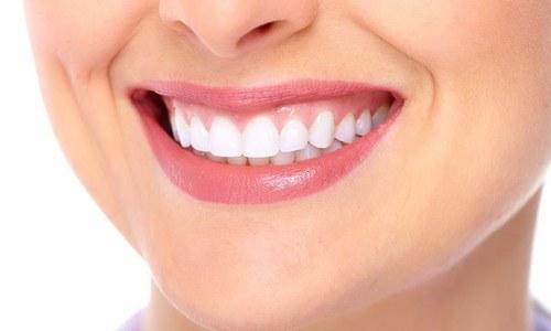 دانتوں کو محفوظ طریقے سے سفید کرنے کا آسان طریقہ
