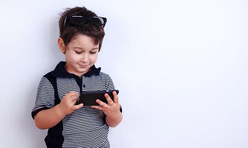 موبائل فونز اور بچوں کی رغبت سے بنتی ہے والدین کی درگت