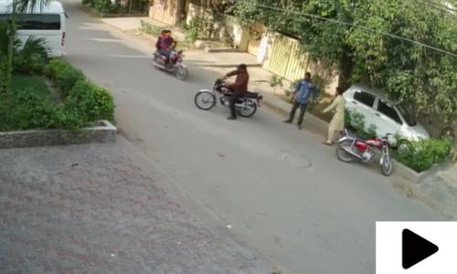 لاہور میں ڈاکوؤں نے شہری سے نئی موٹرسائیکل چھین لی