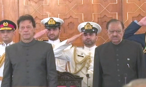 عمران خان نے وزیر اعظم پاکستان کے عہدے کا حلف اٹھا لیا
