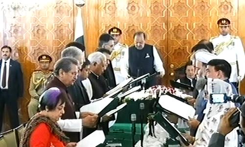 عمران خان کی 16 رکنی کابینہ نے حلف اٹھالیا
