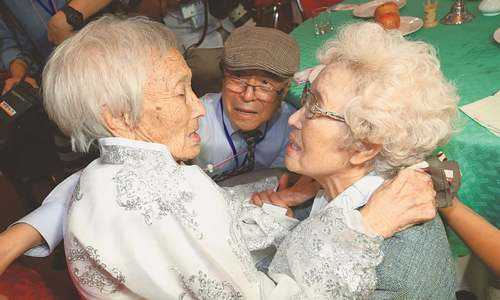 Brief Korean reunions bring tears to separated families