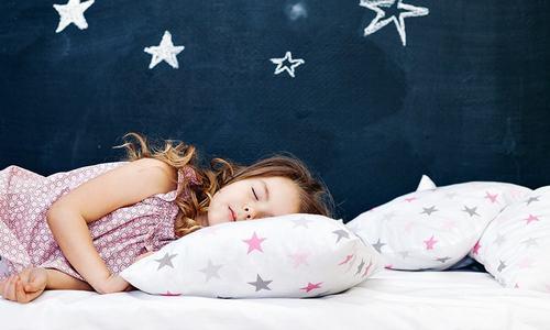 کس عمر کے بچوں کو کتنے گھنٹے سونا چاہیے؟