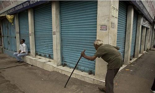 احتجاج کے دوران کاروباری مراکز بند رہے— فوٹو: اے پی