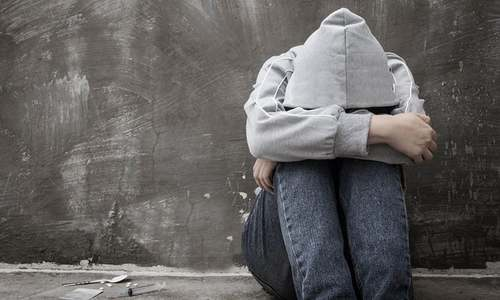 دباؤ کے سبب خود کو اذیت پہنچانے والے بچوں کے والدین کیا کریں؟