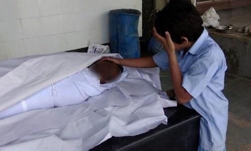 بھارت: سسکتے بیٹے کی تصویر وائرل، سیوریج ورکر کے خاندان کو لاکھوں روپے کی امداد