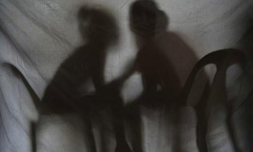 بھارت: 4 سال تک بیٹی کے ریپ کا الزام، باپ گرفتار