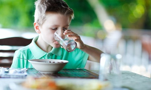 کیا کھانے کے بعد پانی پینا نقصان دہ ہوتا ہے؟
