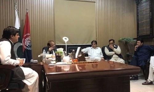 مسلم لیگ (ن) کے رہنماؤں کی جیل میں حنیف عباسی کی تصویر کھینچنے کی تردید