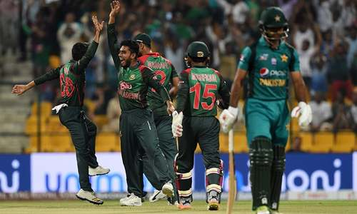 Mehidy Hasan Miraz (2L) celebrates with his teammates after he dismissed Pakistan batsman Fakhar Zaman (R) — AFP