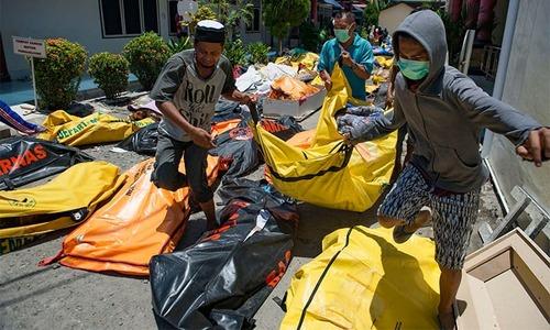 Indonesia tsunami toll tops 800 amid search for survivors