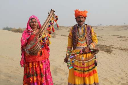 Ajmal Laal Bheel, accompanied by a troupe dancer, in Rahim Yar Khan, Cholistan.