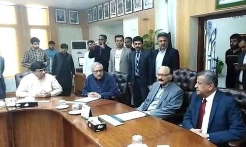 چیف الیکشن کمیشن کو انتخابی شکایات پر بریفنگ دی گئی — فوٹو: فہد چوہدری