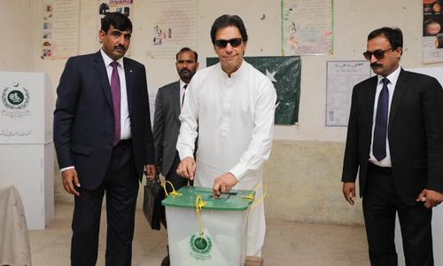 وزیر اعظم عمران خان ووٹ ڈالتے ہوئے— فوٹو: پی ٹی آئی ٹوئٹر