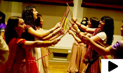 ہندو مذہبی تہوار نوراتری میں گربا کھیلتی خواتین