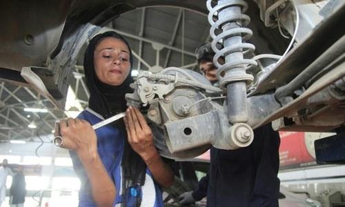 نازک ہاتھوں میں بھاری اوزار تھامے پاکستان کی پہلی خاتون مکینک