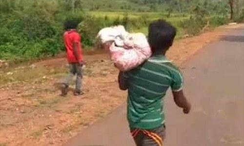پوسٹ مارٹم کے لیے بیٹی کی لاش اٹھا کر 8 کلومیٹر پیدل سفر