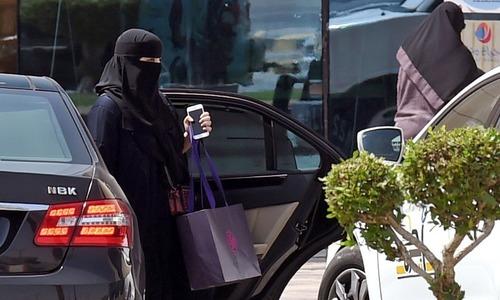 کراچی: خاتون 'ہراساں' کیے جانے پر چلتی ٹیکسی سے کود گئیں
