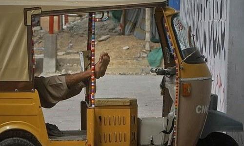 کراچی: 'غلط چالان' پر رکشہ ڈرائیور کی خود سوزی کی کوشش
